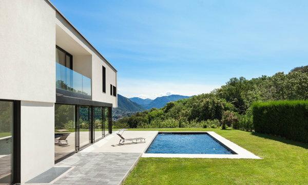 """คิดสักนิด ก่อนสร้าง """"สระว่ายน้ำ"""" ในบ้าน"""