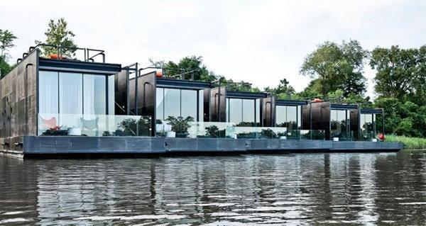 นักออกแบบพลิกโฉม !  บ้านลอยน้ำที่กาญจนบุรีแบบเดิมๆ เป็นแบบชิค ชิค น่านอน