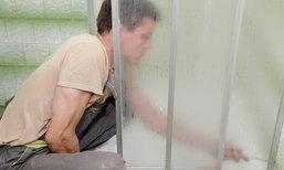 วิธีทำความสะอาดคราบสบู่ออกจากประตูห้องอาบน้ำ