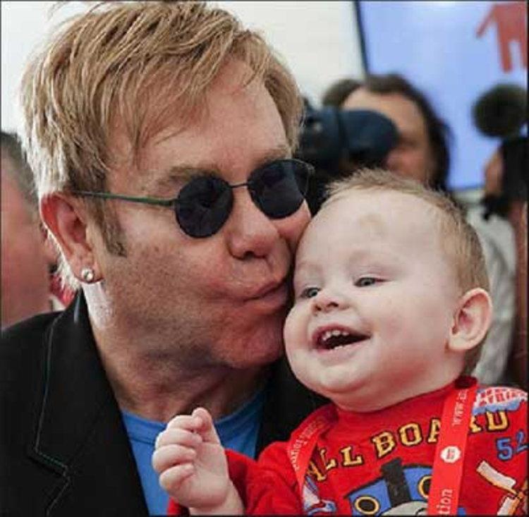 แม่ติดเอดส์ยูเครนโวย เอลตัน จอห์น จะพรากลูกน้อย