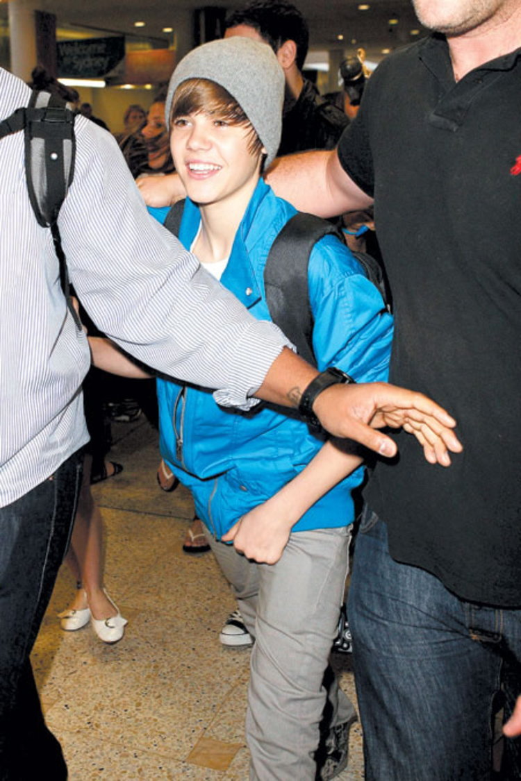 แฟนรุมทึ้ง บีเบอร์ สนามบินกีวีหวิดจลาจล แม่นักร้องหนุ่มโดนอัดกลิ้ง-ตร.ขู่เล่นงานสาวขโมยหมวก