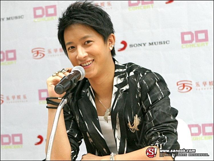 หานเกิง (Han Geng) นักร้องสุดฮอตจากจีน ประมูลของสุดรักสุดหวงช่วยน้ำท่วม