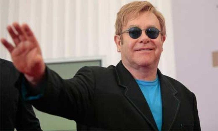 เอลตัน จอห์น เรียกร้องกลางคอนเสิร์ตขออย่าทำร้ายชาวเกย์