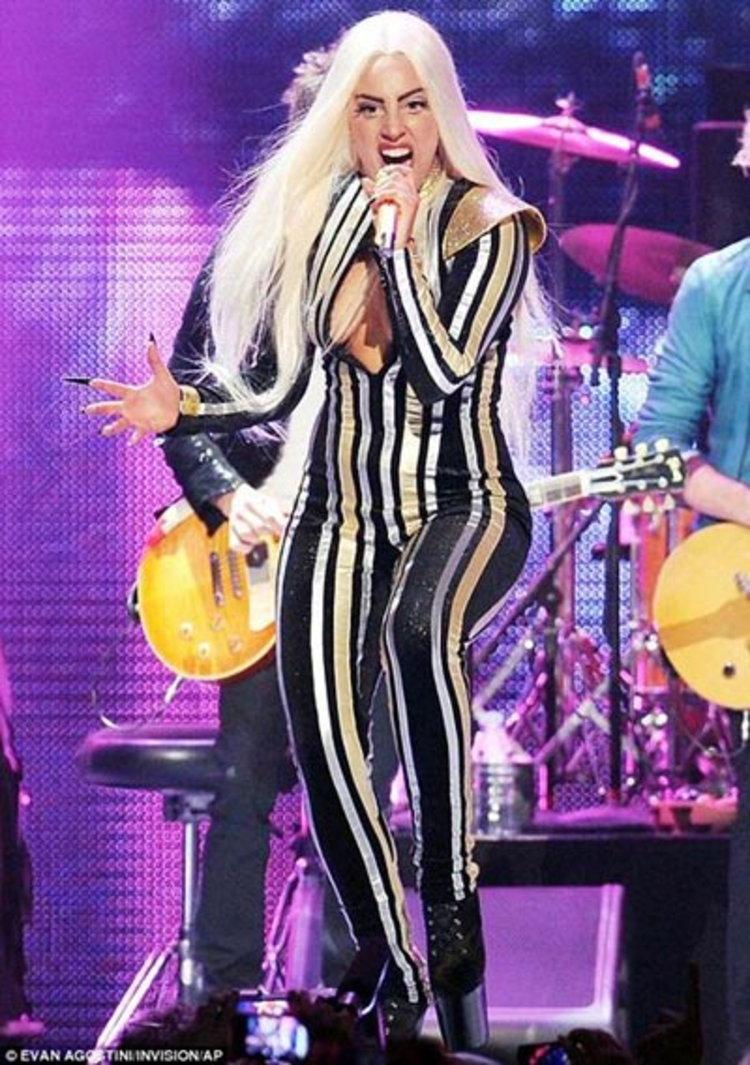 เลดี้ กาก้า เดี้ยง!! เดินไม่ได้ ต้องยกเลิกคอนเสิร์ตทั้งหมด!!