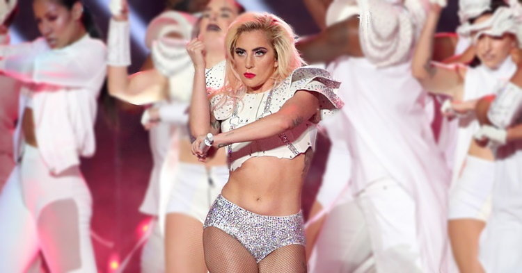 "Lady Gaga ไม่แคร์สื่อ หลังโดนจวก ""พุงโผล่"" ในงาน Super Bowl"