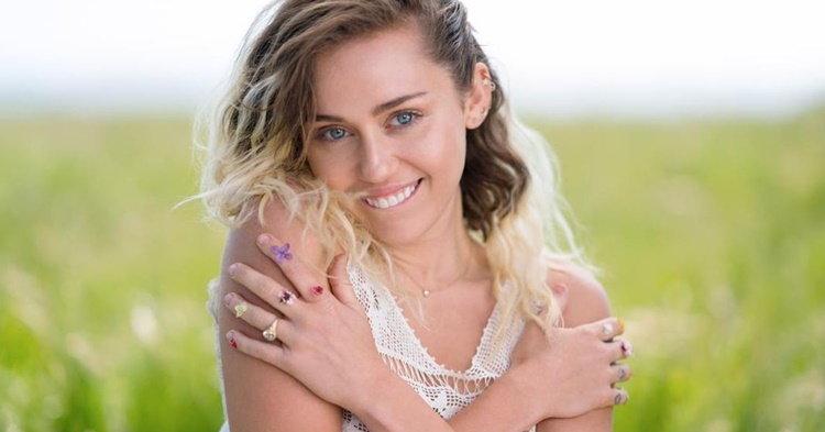 """Miley Cyrus เลิกซ่า กลับมาหวานๆ ใสๆ ในซิงเกิลใหม่ """"Malibu"""""""