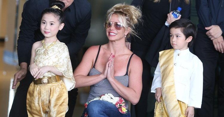 Britney Spears แจกความสดใส ยิ้มรับพวงมาลัยหลังถึงกรุงเทพ