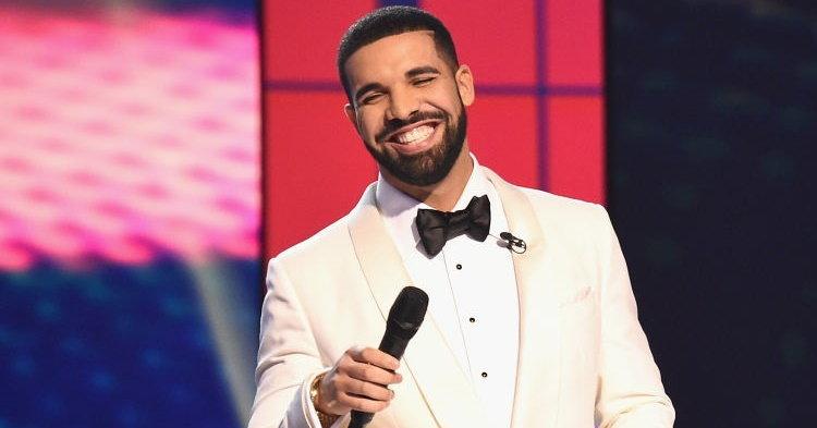 "Drake เปิดตัวเพลงใหม่ ""Signs"" ในงาน Louis Vuitton Paris Fashion Show"