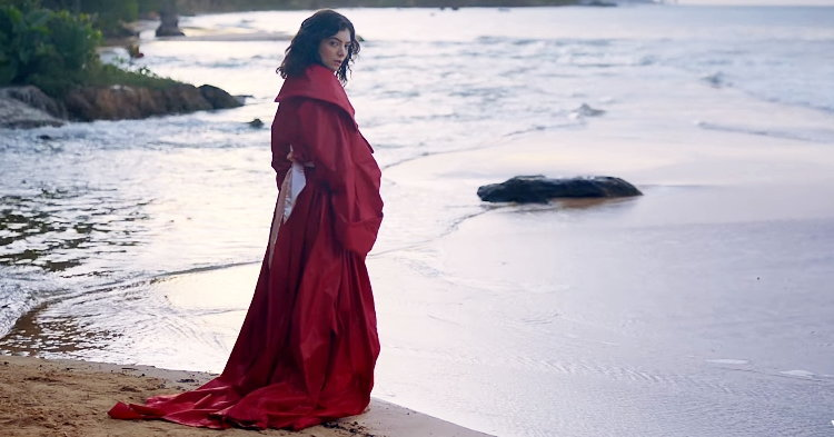 """Lorde พาทัวร์สถานที่สวยๆ ในลุคนักท่องเที่ยวกับเอ็มวี """"Perfect Places"""""""