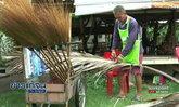 อดีตครูใช้เวลาว่างหลังเกษียณทำไม้กวาดทางมะพร้าวขาย สร้างรายได้เสริมเดือนละหมื่น