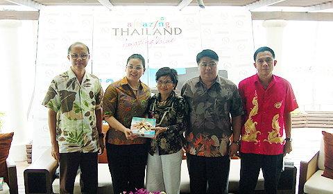 นางศศิอาภา สุคนธรัตน์ ผู้อำนวยการฝ่ายส่งเสริมสินค้าการท่องเที่ยว การท่องเที่ยวแห่งประเทศไทย ร่วมถ่ายภาพและมอบของที่ระลึกแก่ผู้ประกอบการในงานแถลงข่าว